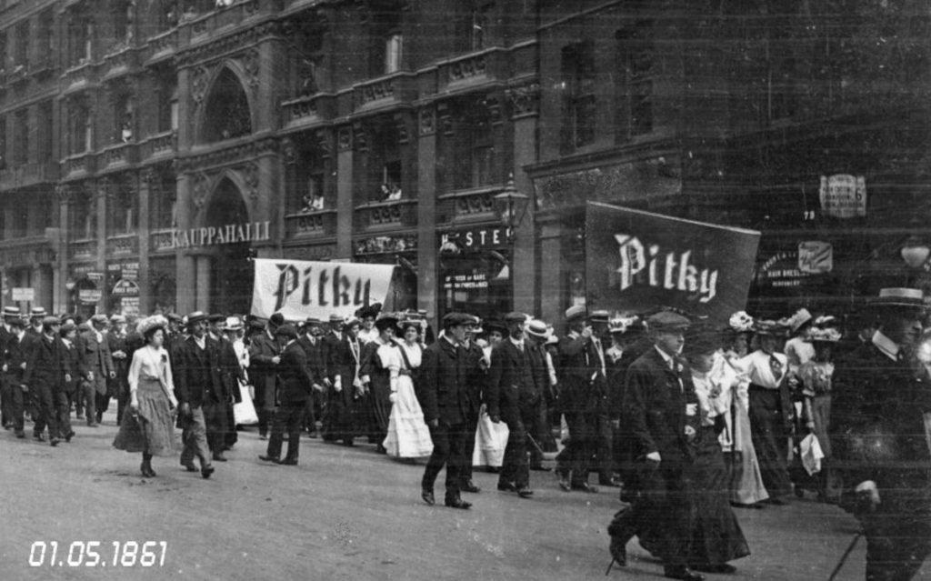 Kuva kulkueesta Pitky-banderollien kanssa 1.5.1861